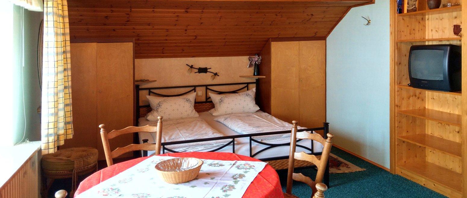binder-kirchberg-appartement-bayerischer-wald-esstisch-doppelbett