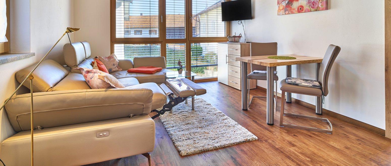 ferienhof-binder-ferienwohnung-5-wohnbereich-essecke
